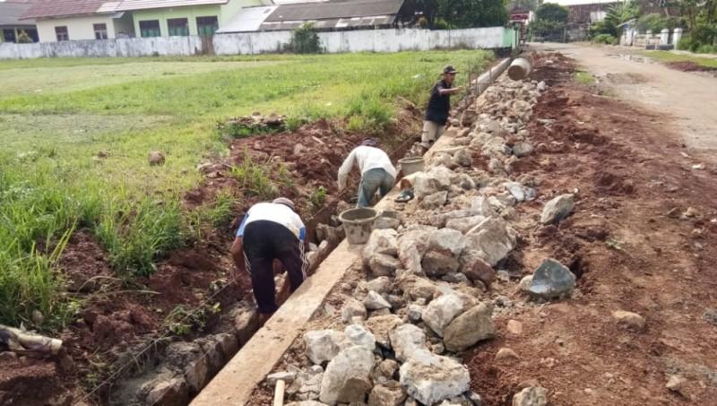 <i>Bongkar Pasang Proyek Drainase Sukaraja</i>