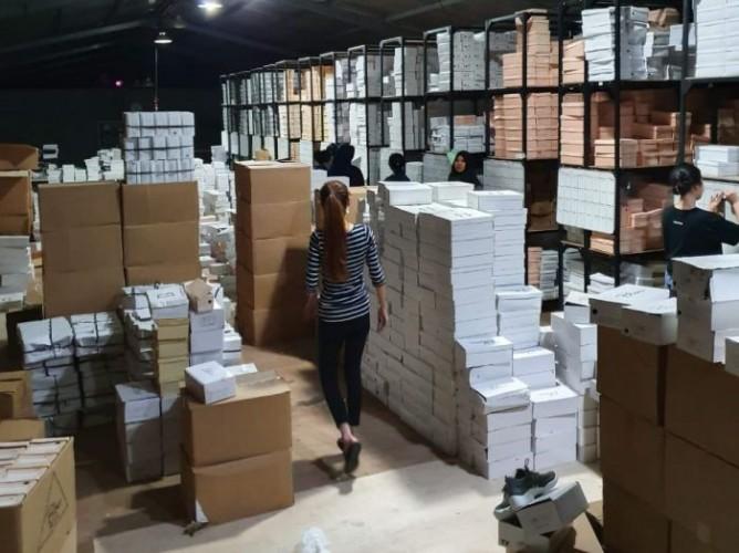 <i>Kisah Penjual Keliling Jadi Bos Pabrik Sepatu</i>