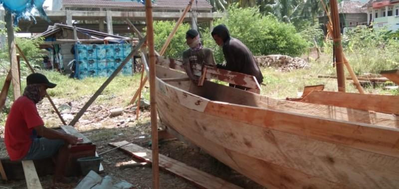 <i>Menghidupi Keluarga dari Jasa Pembuatan Perahu Jukung</i>