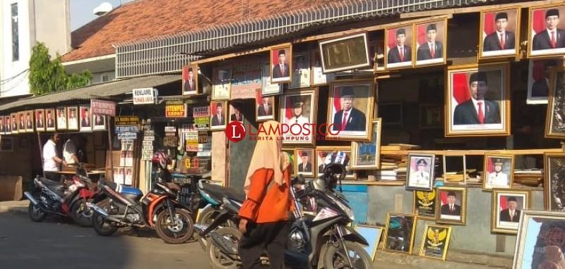 <i>Pelantikan Presiden dan Wakil Presiden Bawa Keberkahan Penjual Pigura</i>