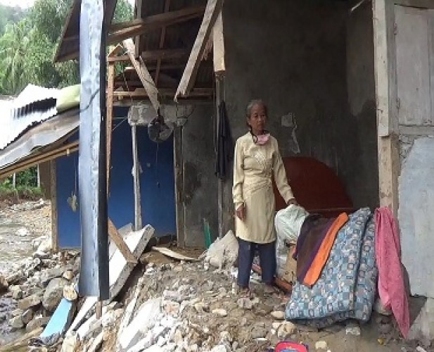 <i>Rumah Hancur Diterjang Banjir, Janda Veteran Berharap Uluran Tangan Dermawan</i>