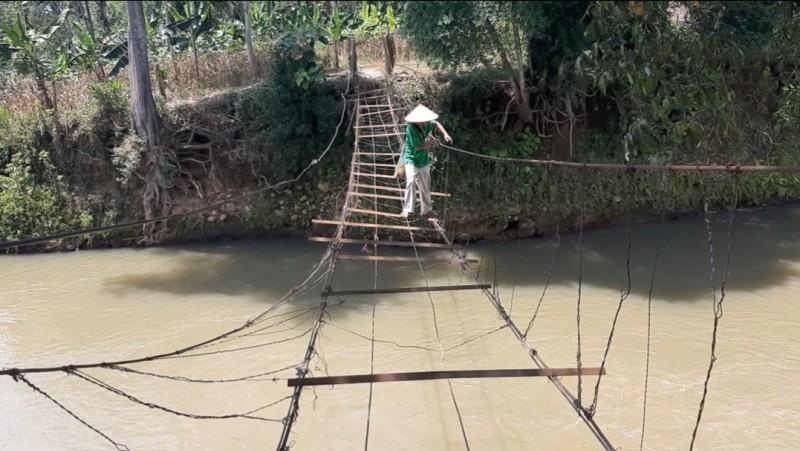 <i>Warga Bertaruh Nyawa Melewati Jembatan Darurat</i>