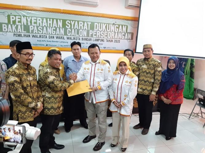 Ike - Zam Serahkan Dukungan 51.274 KTP ke KPU Bandar Lampung
