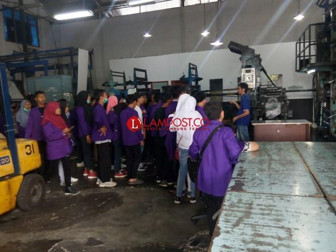 Ingin Ketahui Penerbitan Koran, Siswa SMPN 2  Penengahan Kunjungi Lampung Post