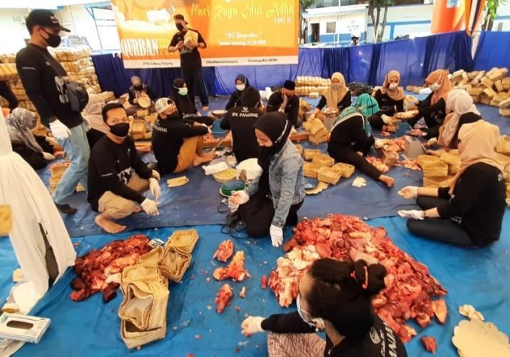 IPC Panjang Antar 1.700 Paket Daging ke Warga