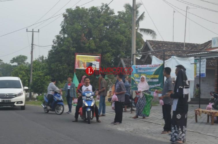 IPNU IPPNU Desa Bangunan Bagi Bagi Takjil di Jalan Raya