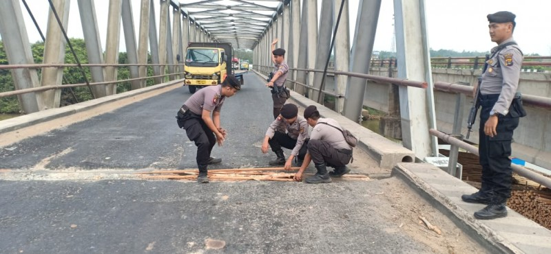 Jajaran Polres Mesuji Timbun Jalan Berlubang