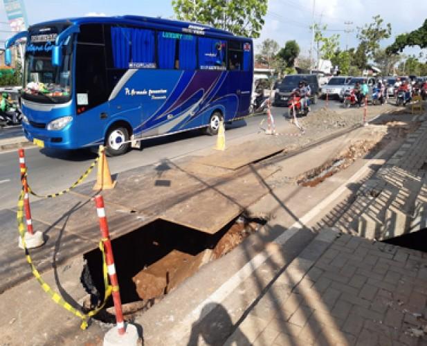 Jalan Amblas Proyek SPAM Bahayakan Pengguna Jalan