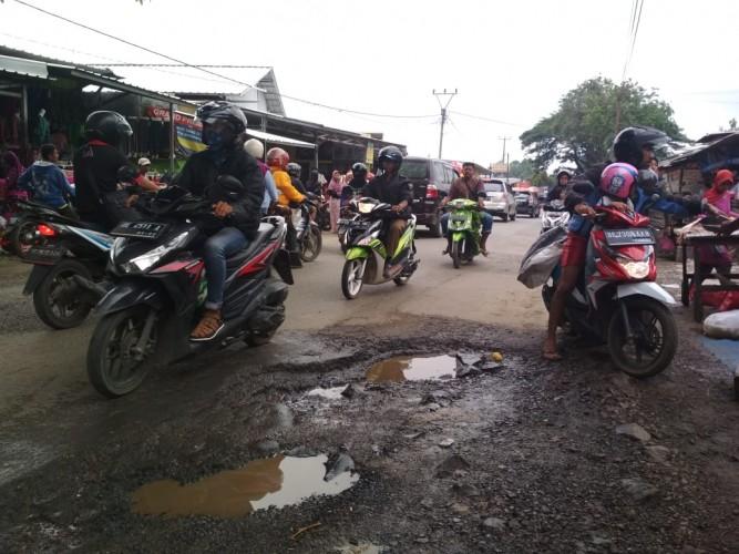 Jalan Berlubang di Pasar Tempel Way Kandis Berbahaya bagi Pengendara