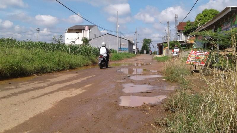 Jalan Kotabumi Selatan Rusak Parah Persulit Aktivitas Warga