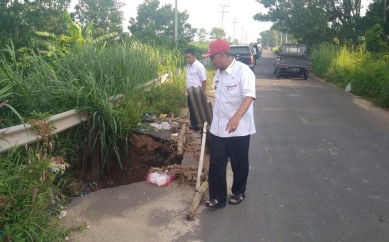 Bupati Loekman Cek Jalan Lingkar Barat Amblas