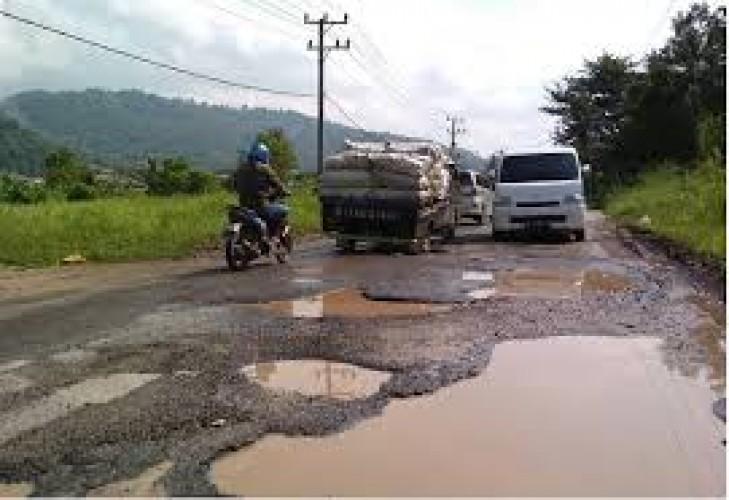 Jalan Pahayujaya-Basungan Rusak Segera Diperbaiki
