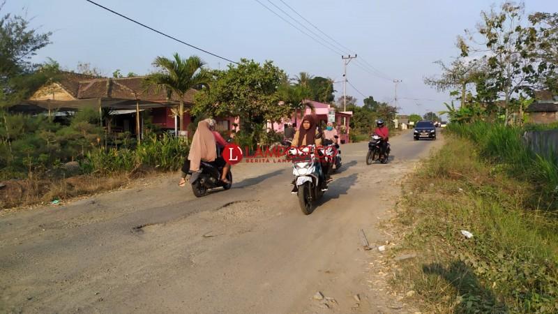 Jalan Penghubung Kecamatan Sidomulyo Rusak Berat