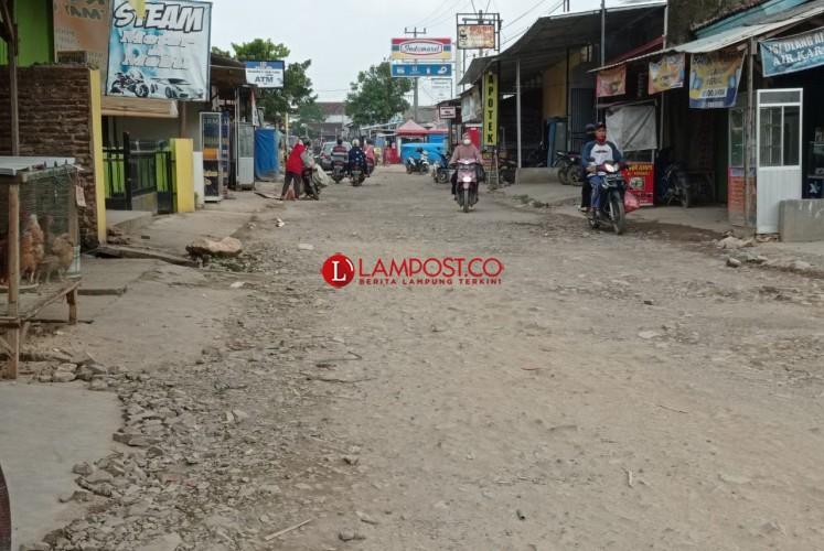 Jalan Penghubung Natar-Rajabasa Sepanjang 10 Km Rusak Parah