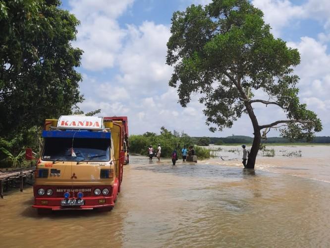 Jalan Penghubung Panaragan - Tegalmukti Terendam Banjir