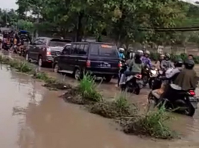 Jalan Penghubung Tanjung Bintang Langganan Banjir