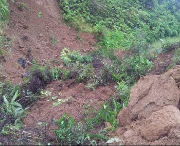 Jalan Poros Ulubelu Tertimbun Material Longsoran Setinggi 1-4 Meter