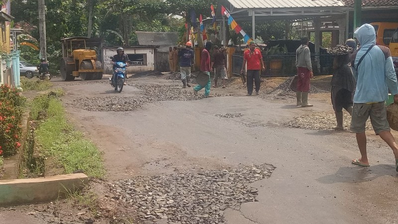 Jalan Rusak di Lampura Diperbaiki dengan Tambal Sulam