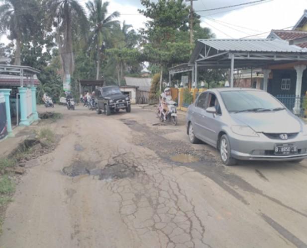 Jalan Sepanjang Kantor Kelurahan Rejosari Rusak Parah