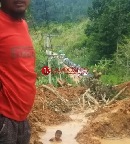 Jalan Sukabumi-Suoh Kembali Lumpuh Akibat Longsor