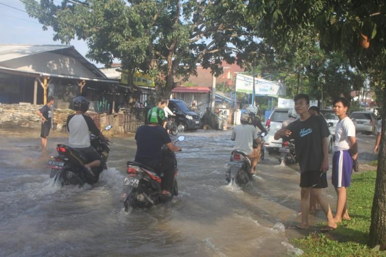 Jalan Sultan Agung Terendam Banjir
