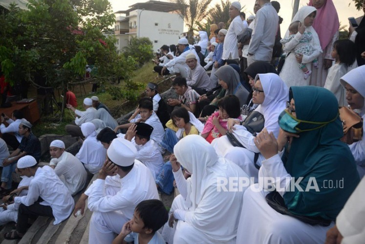 Jamaah Padati Pemakaman Ustadz Arifin Ilham
