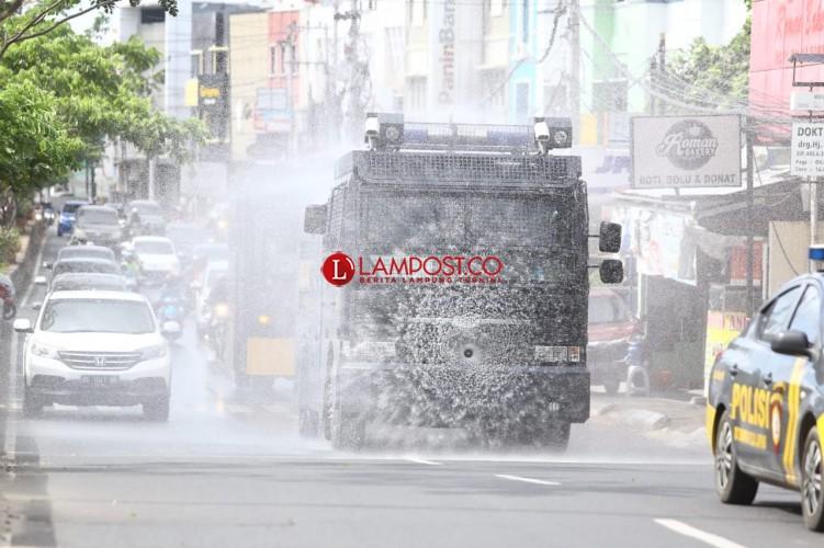 Jelang Pencoblosan, Polda Lampung Semprot Disinfektan di Fasilitas Umum