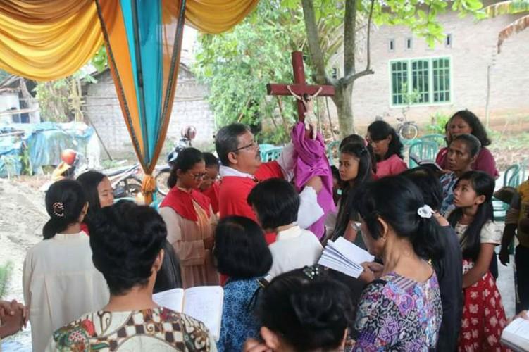 Jemaat Merayakan Jumat Agungdi Gereja Katolik Yohanes Paulus Murnijaya