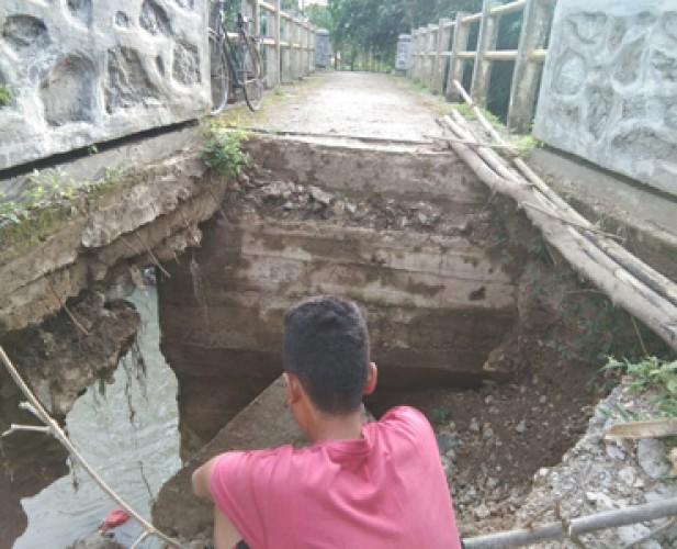 Jembatan Akses Warga ke TPU Ambrol