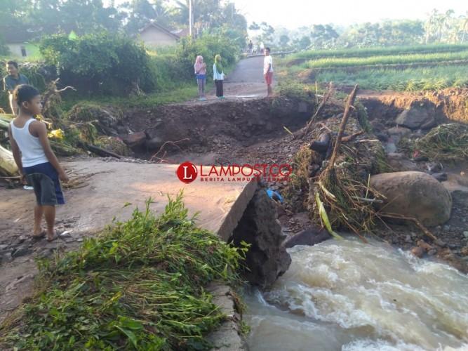 Jembatan di Desa Wiyono Putus Diterjang Banjir