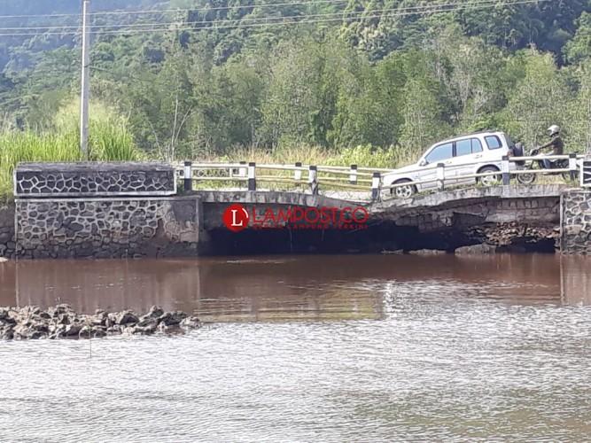 Jembatan di Wayratai Nyaris Putus