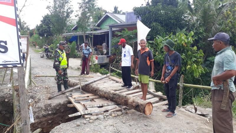 Jembatan Sukabumi-Suoh Putus, Warga Manfaatkan Pohon Kelapa
