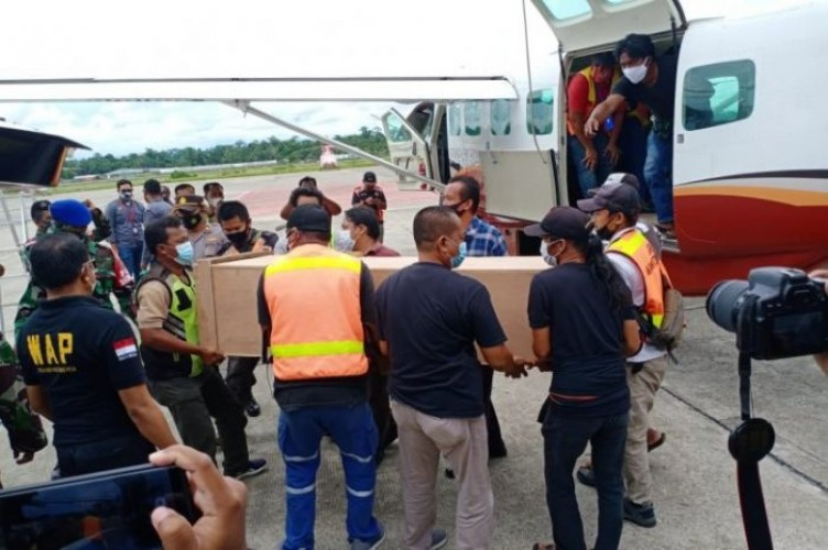 Jenazah Dua Guru Korban Penembakan KKB Dievakuasi