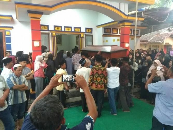 Jenazah Ketua DPRD Pringsewu Dimakamkan di TPU Pekon Margakaya