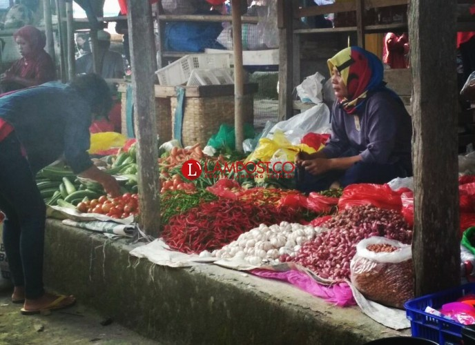 Jelang Idul Adha,  Harga Tomat dan Bawang Anjlok