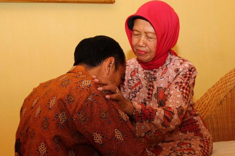 Jokowi Minta Warga Tak Melayat ke Makam Ibunda