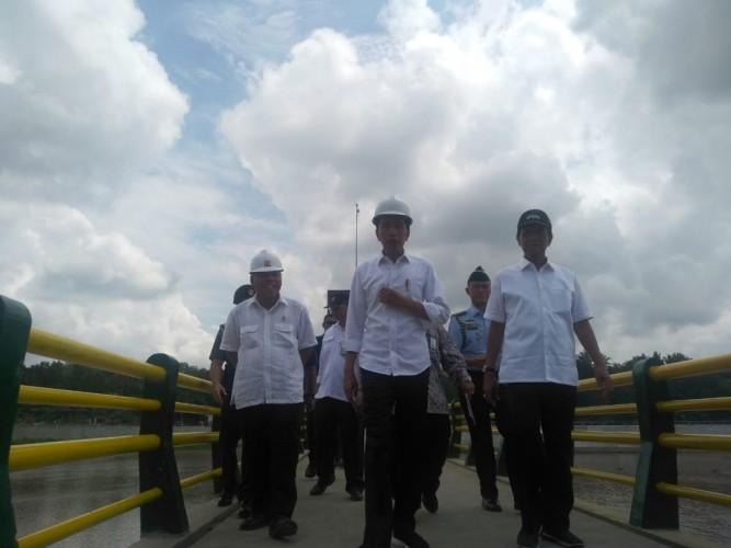 Jokowi Sebut Pengendalian Banjir Terkendala Sejak 2017
