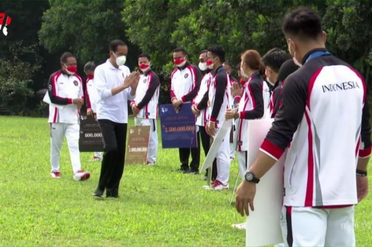 Jokowi Serahkan Bonus Rp5,5 Miliar untuk Atlet Peraih Emas Olimpiade