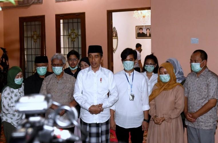 Jokowi Tetap Bekerja di Tengah Duka