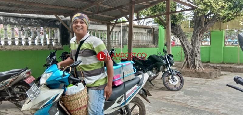 Jualan Pempek Keliling Demi Cita-cita Buah Hati Menjadi Polwan