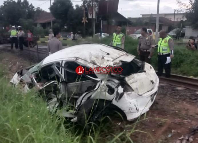 KA Babaranjang Tabrak Yaris di Kotabumi, Tiga Orang Terluka