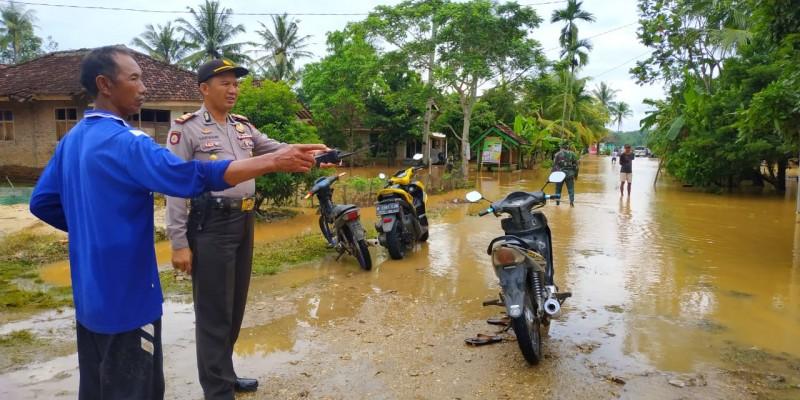 Kabag Ops Polres Tanggamus Bersama Kapolsek Gadingrejo Tinjau Lokasi Bencana