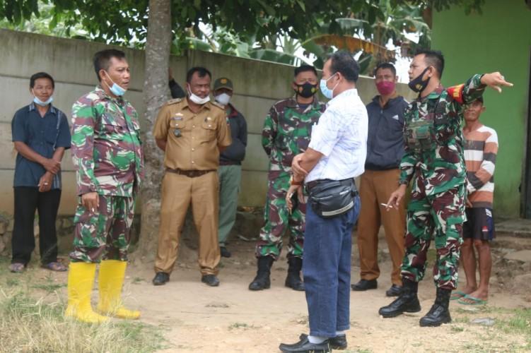 Kades Sabahbalau dan Danramil Tanjungbintang Tinjau Tapal Batas