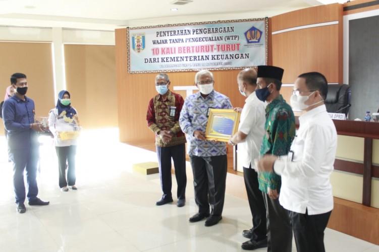 Kakanwil DJPb Lampung Serahkan Piagam WTP kepada Pjs Bupati Way Kanan