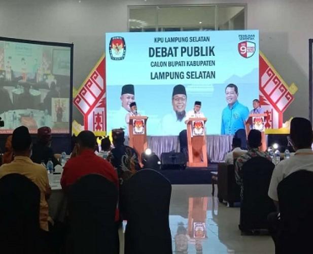 Kandidat Calon Bupati Lamsel Adu Program dalam Debat Publik Perdana
