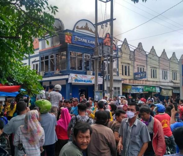 Kantor Bank Lampung di Kotaagung Terbakar