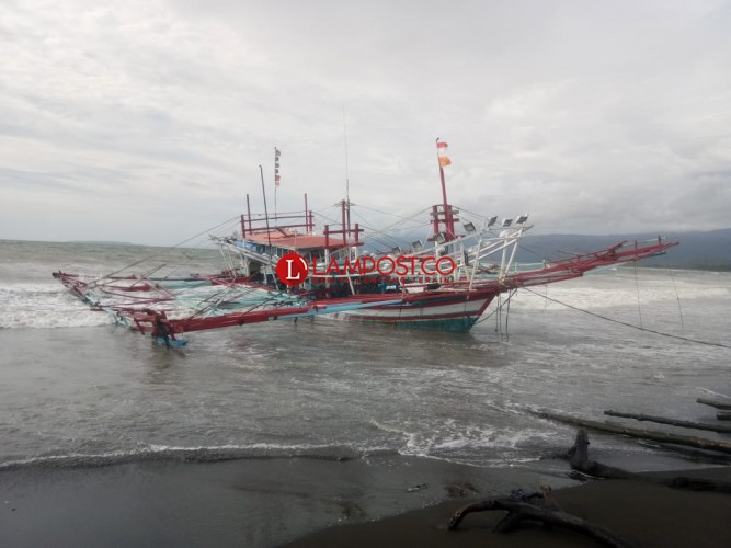 Kapal Asal Padang Kandas, Terseret Gelombang di Kuala Stabas