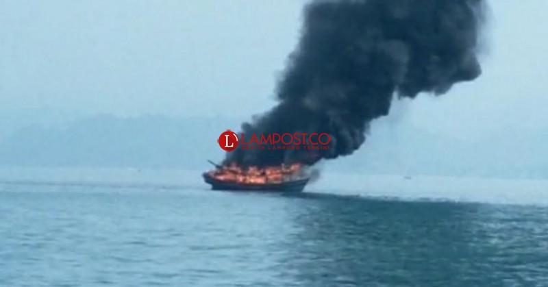 Kapal Ikan KM Sekar Tanjung 1 Dibakar Warga di Tanggamus