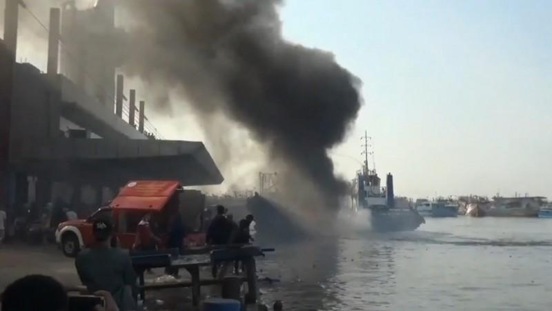 Kapal Nelayan Terbakar di Dermaga Pelabuhan Muara Baru