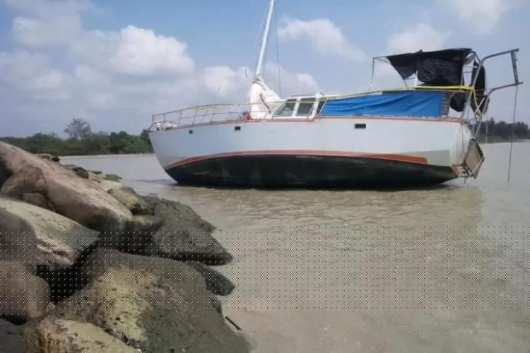 Kapal Pesiar Italia Terdampar di Kuala Penat
